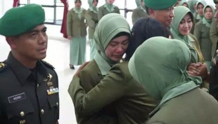 Istri Mantan Dandim yang Dicopot 'Menangis' saat Serah Terima Jabatan