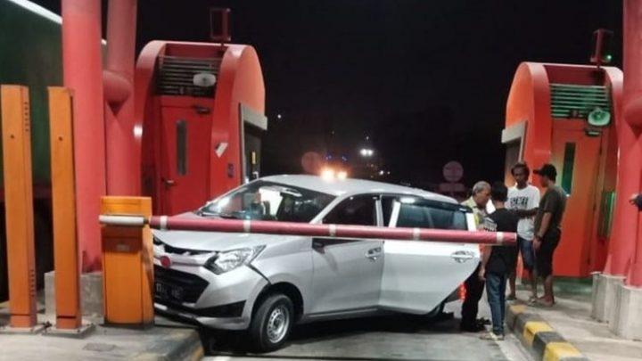 Tak Terima Dirampok, Supir Truk Ini Tabrak Mobil Pelaku di Tol Balaraja