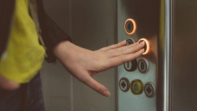 Hari Pertama Masuk Kerja, Perempuan Ini Alami Kejadian Mistis di Lift