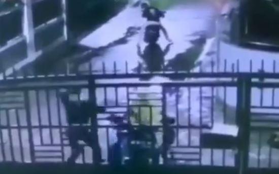 Sadis! Detik-detik Aksi Begal Tebas Tangan Korbannya di Panakkukang Terekam CCTV