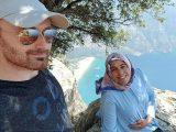 Hakan Aysal saat selfie dengan istrinya yang tengah hamil Semra Aysal di atas tebing Butterfly Valley, di kota Mugla, Turki. (Sumber: Newsflash).