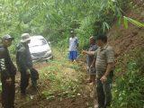 Warga saat menunjukan mobil Avanza tersesat di area hutan Gunung Putri, Desa Maniis Kecamatan Cingambul, Kabupaten Majalengka, Jawa Barat. (Sumber: KOMPAS.com).