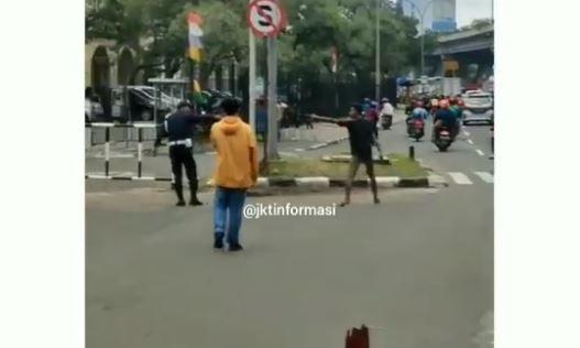 Pemuda Ini Nekat Todongkan Pistol ke Polisi dan Warga, Aksinya Bikin Heboh