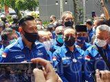 Pengurus Partai Demokrat kubu Agus Harimurti Yudhoyono membawa 2 kotak kontainer plastik berisi berkas bukti penyelenggaraan kongres luar biasa atau KLB di Deli Serdang, Sumatera Utara, ilegal. (Sumber: TEMPO.CO).