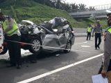 Polisi lalu lintas melakukan olah TKP pada kecelakaan Honda Mobilio dengan truk tronton di jalan tol Pekanbaru-Dumai di Kecamatan Kandis, Kabupaten Siak, Riau, Kamis (15/10/2020).(Sumber: Polda Riau)