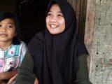 Siti Nuraida (16) dan keponakan Asiyah (8) tinggal saat ditemui di rumah reyotnya di Desa Cimanggu, Kecamatan Sumur, Kabupaten Pandeglang, Rabu (7/4/2021). Aida sejak usia tiga tahun sudah ditinggal ibundanya yang meninggal dunia dan ayahnya yang menikah lagi. (Sumber: TribunBanten.com).