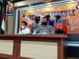 Dir Reskrimmum Polda DIY Kombes Burkan Rudy Satriya (Baju Putih) dan tersangka NA (belakang) di Mapolres Bantul Senin (3/5/2021). (Sumber: KOMPAS.com)