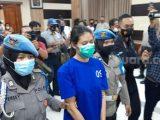 Pelaku pembunuhan berencana berinisial NA (25) digelandang polisi saat konferensi pers di Aula Mapolres Bantul, Senin (3/5/2021). (Sumber: SuaraJogja.id)