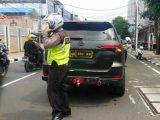 Mobil Toyota Fortuner diamanakan di traffic light Gereja Santa Maria, Jatinegara, Jakarta Timur, Kamis (20/5/2021). (Sumber: suara.com).