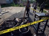 Petugas memasang garis polisi di puing kendaraan dinas yang di bakar oleh massa di Mapolsek Candipuro, Lampung Selatan, Lampung, Rabu (19/5/2021). (Sumber: REPUBLIKA.co.id).