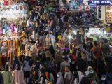 Ribuan orang memadati Blok B Pusat Grosir Pasar Tanah Abang untuk berbelanja pakaian di Jakarta Pusat, Minggu (2/5/2021). (Sumber: ANTARA).