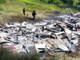 Sisa tiga rumah guru yang dibakar KKB di Beoga Papua. (Sumber: ANTARA).