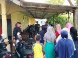 Tetangga dan kerabat berdatangan ke rumah Imas Mulyani (40), bidan di Cianjur yang tewas ditusuk suaminya. (Sumber: TribunCirebon.com).