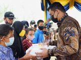 Wali Kota Medan Bobby Nasution menyerahkan bantuan laptop kepada pelajar di Medan (Sumber: Istimewa).