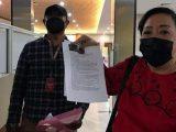 Ketua DPRD Alor Enny Anggrek menunjukkan barang bukti video viral Bupati Alor memarahi staf Kementerian Sosial, saat menyampaikan aduannya di Bareskrim Polri, Jakarta, Kamis (17/6/2021) (Sumber: yahoo!berita)