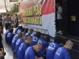 Para pemuda pelaku tawuran di Jl Pertatean Kota Cirebon dihadirkan dalam ekspos Polres Cirebon Kota (Sumber: radarcirebon.com).