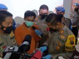 Hari Purwanto, pelaku mutilasi kepala wanita di Banjarmasin, dihadirkan dalam konferensi pers. (Sumber: detikcom).