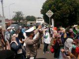 Petugas Kepolisian menghalau massa simpatisan Rizieq Shihab yang hendak berorasi di depan Pengadilan Negeri Jakarta Timur, Jumat (19/3/2021) (Sumber: ANTARANEWS).