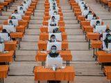 Peserta mengikuti ujian Seleksi Kompetensi Bidang (SKB) di bilik khusus, di Surabaya, Selasa (22/9/2020). Badan Kepegawaian Daerah (BKD) Kota Surabaya menggelar ujian SKB yang diikuti 1.142 peserta CPNS dengan menerapkan protokol kesehatan pencegahan COVID-19 secara ketat. (Sumber: LIPUTAN6).