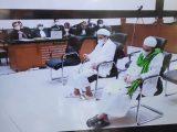 Habib Rizieq Shihab bersama menantunya saat menjalani sidang kasus swab RS UMMI, Kamis (3/6/2021). (Sumber: suara.com).