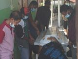 Jenazah Delfianadi Azi, seorang kepala sekolah SD Inpres Ndora, Desa Ulupulu 1, Kecamatan Nangaroro, Kabupaten Nagekeo , Nusa Tenggara Timur (NTT) yang tewas ditusuk orangtua siswa. (Sumber: Tribunnews.com).