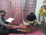 Polisi olah TKP ayah gantung diri setelah mencekik anak. (Sumber: Humas Polsek Padangratu).