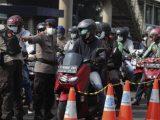 Petugas kepolisian memeriksa kelengkapan surat tanda registrasi pekerja (STRP) di pos penyekatan PPKM Darurat Underpass Mampang, Jakarta, Kamis (15/7/2021). (Sumber: suara.com).