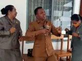 Foto Anggota Dewan Berjoget di Kantor DPRD Kabupaten Malaka, NTT(Sumber: Tangkapan Layar).