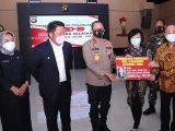 Kapolda Sumsel Irjen Pol Eko Indra Heri, bersama Gubernur Sumsel Herman Deru menerima bantuan sebesar Rp 2 triliun dari keluarga pengusaha asal Langsa, Aceh Timur, Almarhum Akidi Tio untuk dana penanganan Covid-19, Senin (26/7/2021).(Sumber: HUMAS POLDA SUMSEL)