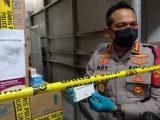 Kapolres Metro Jakarta Barat Kombes Ady Wibowo memperlihatkan barang bukti berupa satu boks obat Covid-19 jenis azithromycin di sebuah gudang di Jalan Peta Barat, Ruko Peta Barat III C8, Kalideres, Jakarta Barat, Senin (12/7) malam. Sebuah perusahaan diketahui menimbun ratusan boks azithromycin di gudang tersebut (Sumber: Republika).
