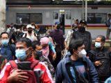 Penumpang turun dari KRL Commuter Line di Stasiun Manggarai, Jakarta, Kamis (1/7/2021) (Sumber: SERAGENUPDATE.COM).