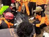 Tim SAR Gabungan mengevakuasi pendaki Gunung Bawakaraeng yang meninggal karena hypotermia, Rabu 18 Agustus 2021 (Sumber: Basarnasa Sulsel).