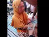 Seorang nenek berjilbab mengalami peristiwa mengerikan. Saat berada di Pasar Limboto di Kelurahan Kayubulan, Kecamatan Limboto, Kabupaten Gorontalo, Kamis 19 Agustus 2021 (Sumber: suarasulsel.id).