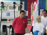 Presiden Joko Widodo mengamati salah satu karyawan SPBU yang mengimplementasikan BBM B30, di SPBU Jalan MT Haryono, Jakarta, Senin (23/12/2019) (Sumber: KOMPAS.com)