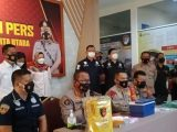 Kabid Humas Polda Metro Jaya Kombes Pol Yusri Yunus saat jumpa pers pengungkapan penangkapan seorang vaksinator yang menyuntikkan vaksin kosong di Jakarta Utara, Selasa (9/8/2021). (Sumber:Tribunnews).