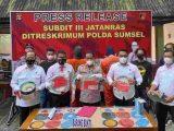 Press release penggerebekan arena sabung ayam yang dikelola oleh seorang oknum Polisi, oleh Subdit III Jatanras Ditreskrimum Polda Sumsel. Foto: sumeks.co