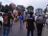 Petugas melakukan olah TKP bentrok debt collector dengan Ormas di Jalan Raya Sukabumi-Bogor, Desa Cibolangkaler, Kecamatan Cisaat, Kabupaten Sukabumi, Kamis (16/9/2021). (Sumber: MPI/Dharmawan Hadi)