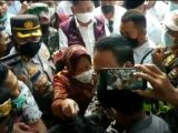 Mensos Risma saat marah-marah sambil menunjuk-nunjuk aktivis dan mahasiswa di Lombok Timur, NTB. (Sumber: iNews/Ramli Nurawang)